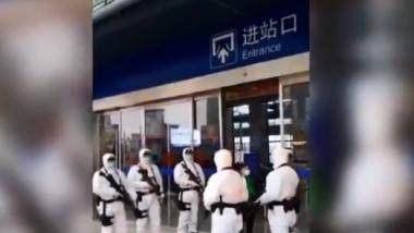Soldati inarmati cu arme automate pazesc garile din Wuhan