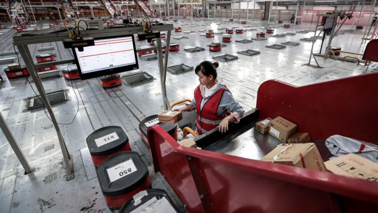 O angajată din China pregateste coletele pentru a fi transportate catre clienti