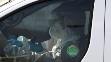Medici echipati cu costume de protectie impotriva epidemiei de coronavirus