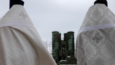 preoți ruși sfințesc arme