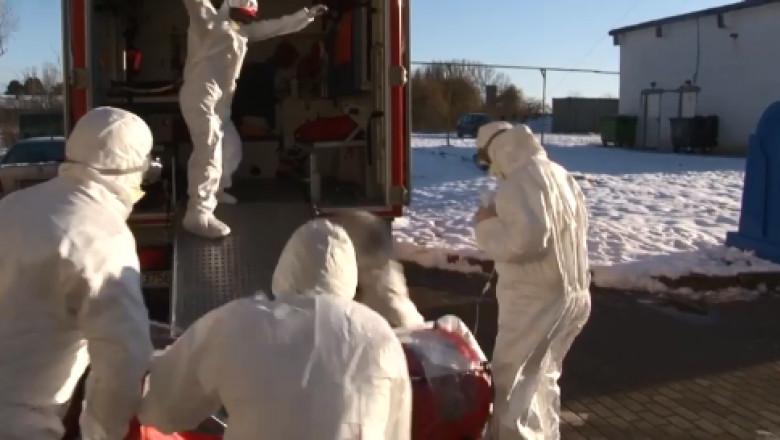 Un paramedic a alunecat transportand pacienta suspectata de coronavirus