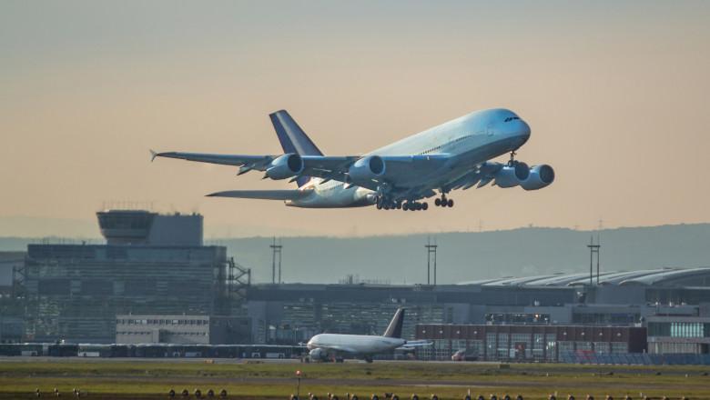 Un avion decolează de pe aeroportul din Frankfurt