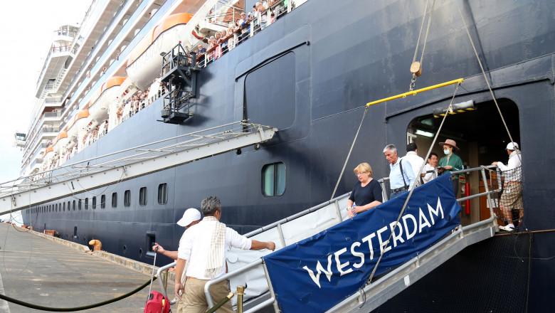 CAMBODIA-PM-WESTERDAM CRUISE-PASSENGERS-GREETING