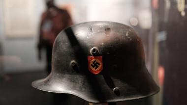 cască germană cu însemne naziste expusă în muzeu