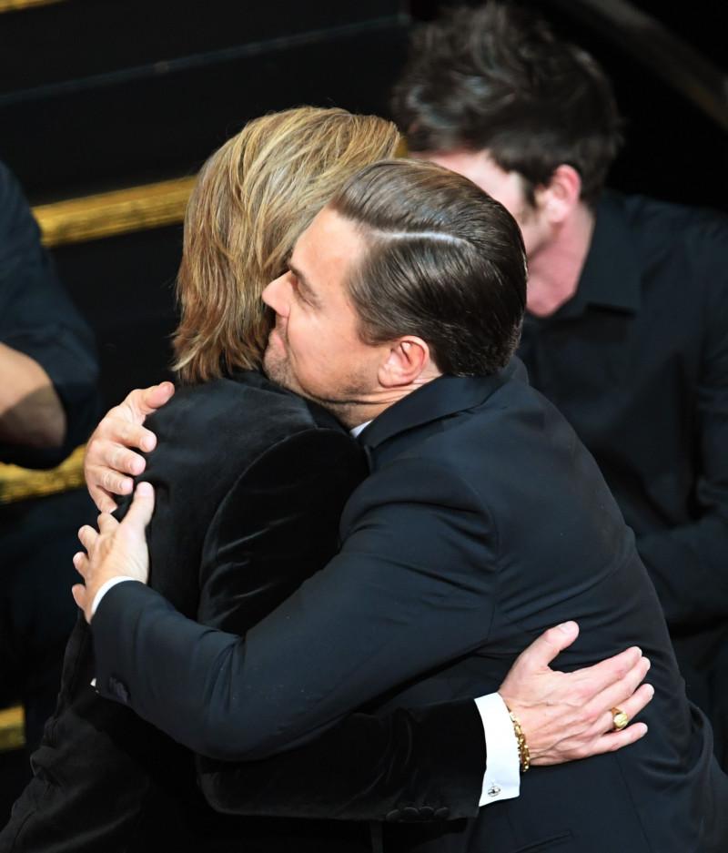 Brad Pitt se imbratiseaza cu Leonardo DiCaprio