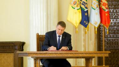 Președintele Klaus Iohannis semnează