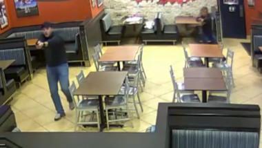 politisti împiedică un jaf într-un bar UK