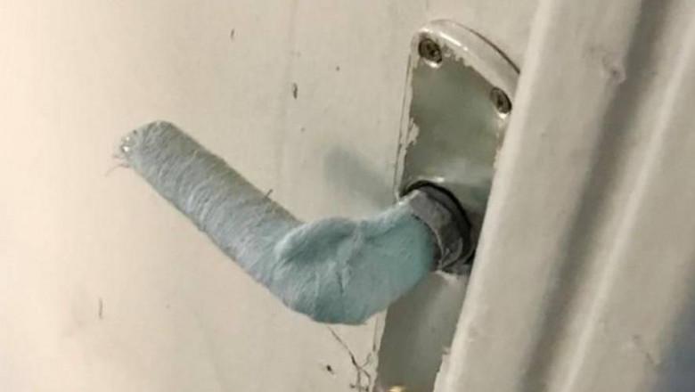Tifon cu spirt pe clanta usii unei primării din Olt