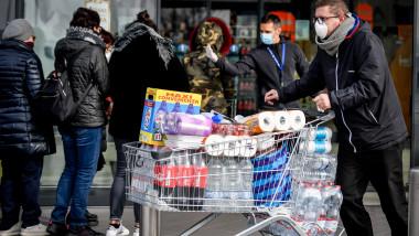Code al supermercato per gli approvvigionamenti nella zona del lodigiano colpita dal Coronavirus