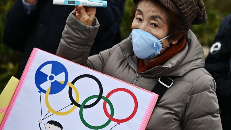 O femeie din Japonia protesteaza impotriva organizarii Jocurilor Olimpice