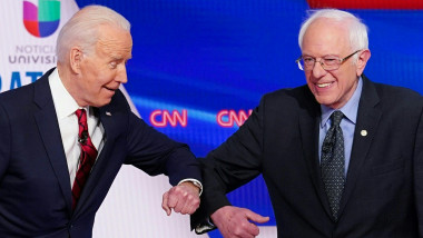joe-biden-bernie-sanders-salut-cu-cotul-coronavirus-dezbatere-democrati-profimedia-0506707032