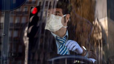 Un sofer poarta masca de protectie impotriva raspandirii coronavirusului
