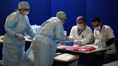 Medici cu masti de protectie, intr-un spital din Belgia