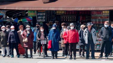 Oamenii din Coreea de Sud poartă măști împotriva noului coronavirus