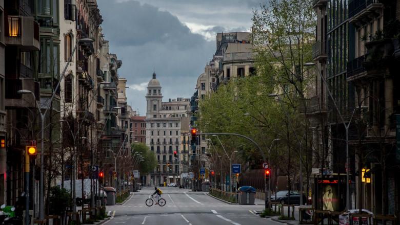 străzi pustii în Barcelona, poluare redusă în Europa, ca urmare a epidemiei de coronavirus