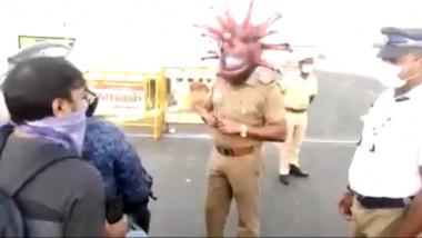 poliţist în India cu o mască care imită coronavirusul pe cap