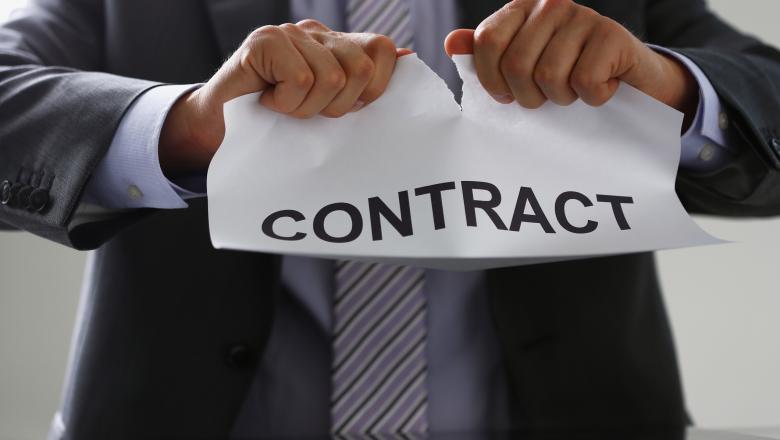 un barbat rupe un contract