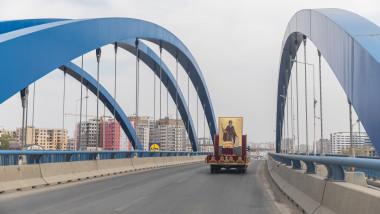 Procesiune în vreme de coronavirus. Moaştele Sfântului Dimitrie cel Nou, plimbate cu mașina pe străzile Capitalei