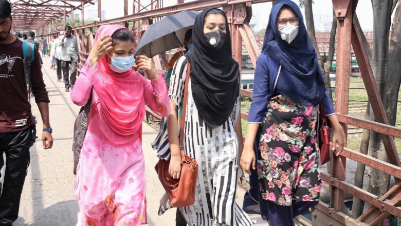 Femei in Bangladesh purtand masti impotriva noului coronavirus