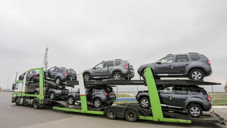 maşini Dacia produse la uzina Mioveni pe trailer