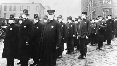 oameni cu măști în timpul pandemiei de gripă spaniolă din 1918