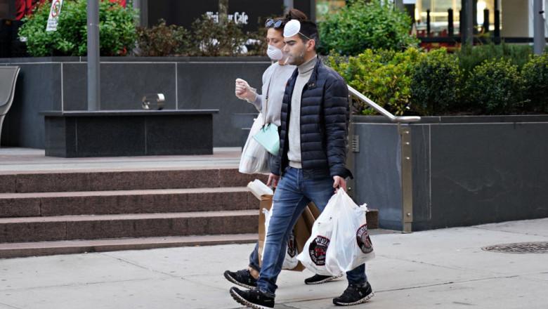 getty oameni pe stradă cu măști fumează