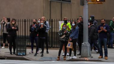 Localnicii din New York au iesit pe strazi, purtand masti impotriva coronavirusului