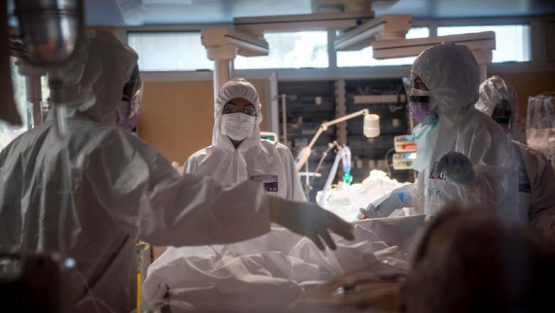 epidemie de coronavirus in Italia, medici în halate în jurul unui bolnav