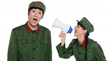 propagandă China, tineri îmbrăcaţi în uniforme chinezeşti cu portavoce