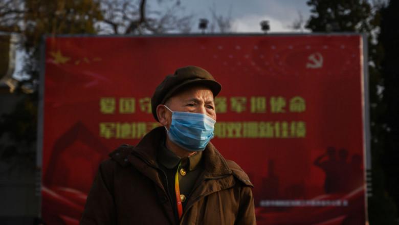 bătrân cu mască de protectie coronavirus în China