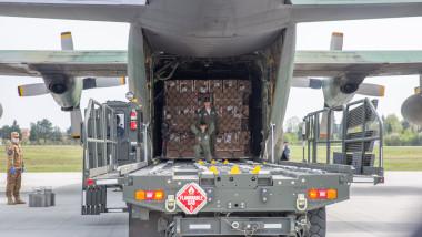 avion militar hercules materiale sanitare combinezoane foto mapn 111A8925_1586786691