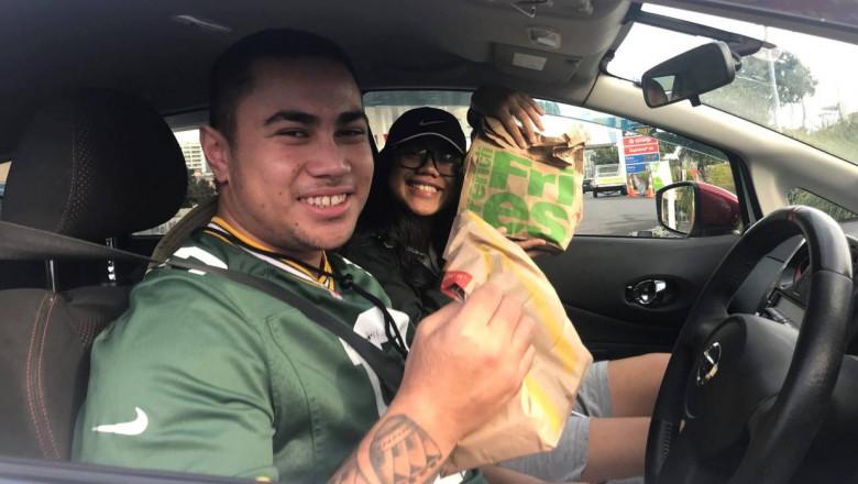 Neozeelandezii stau la coada pentru burgeri dupa ridicarea restrictiilor de izolare