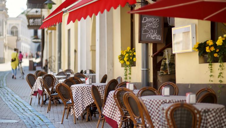 GettyImages-cafenea afară stradă mese scaune vilnius