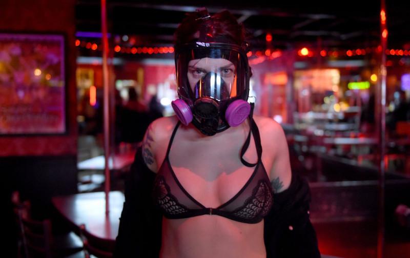 GettyImages fată poartă mască de gaze sexy