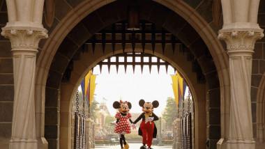 Mickey şi Minnie Mouse întâmpină vizitatorii la intrarea în Disneyland