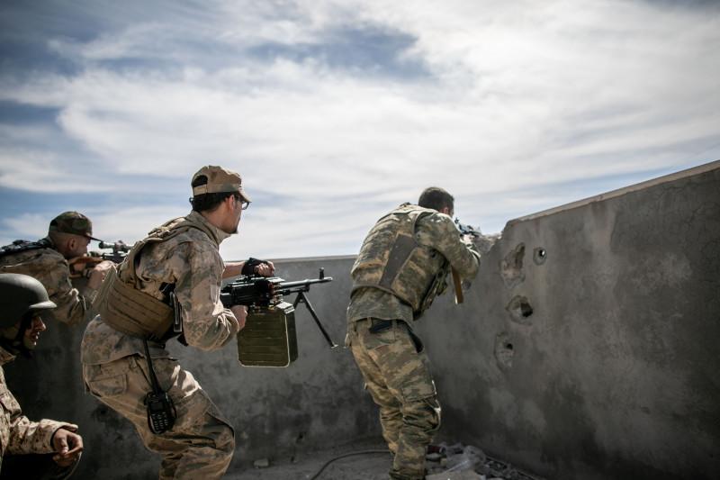 luptători ai forţelor guvernamentale în Libia