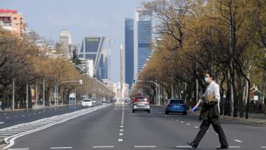 Barbat pe strada paseo de la castellana din madrid