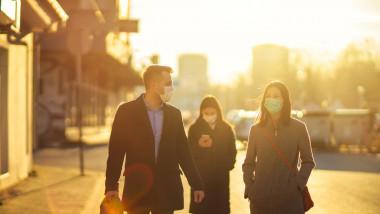 oameni pe strada plimbare