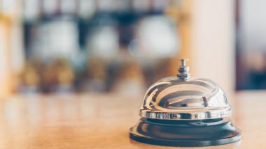 Telefoanele din recepția hotelurilor sună continuu pentru rezervări la munte