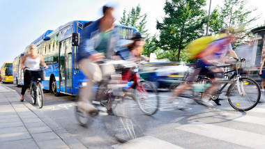 GettyImages- bicicleta transport public autobuze