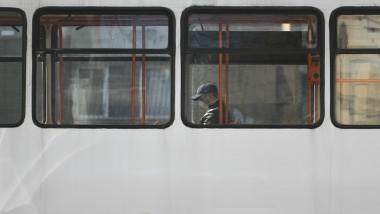 Un barbat poarta masca intr-un tramvai din Bucuresti pentru a se proteja de coronavirus