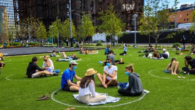 Într-un parc din New York au fost create locuri de parcare pentru oameni pentru a le fi mai ușor să respecte distanțarea fizică
