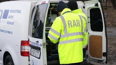 angajați cu veste registrul auto român în spatele unei mașini deschizând portbagajul