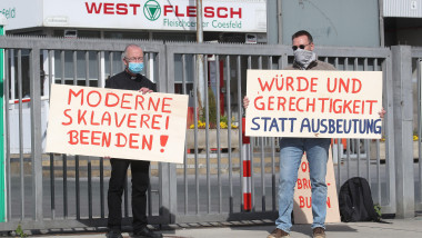 """firo: May 9th, 2020 General Corona Virus Kreis Coesfeld, Westfleisch, Extension of the Corona Restrictions Protest by two opponents of modern worker slavery. left: Prv§lat Peter Kossen and right with champion Dominik Blum (right) with posters """"Wvrde und G"""