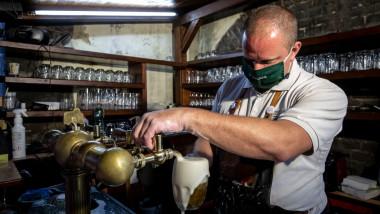 Barman cu mască anti-covid în Cehia