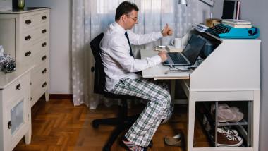 Bărbat ca lucrează de acasă work from home pandemie