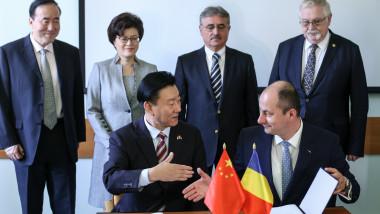 Robert Tudorache, secretar de stat in Ministerul Energiei si Bian Shuming