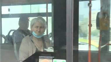 femeie-batrana-masca-sub-barbie-autobuz-bucuresti-stb