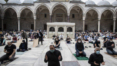 Friday pray at the Suleymaniye mosque after being 74 days closed due to COVID-19 measures.