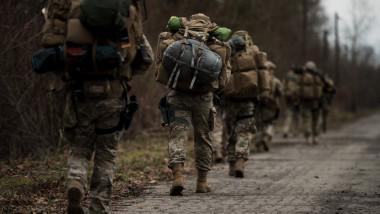 militari americani în marș în timpul unui exercițiu militar